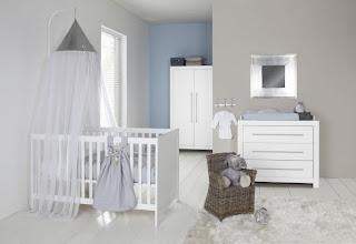 Cuarto de bebé gris y blanco