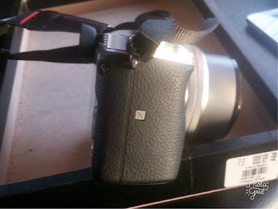 Gambar foto kamera Sony A6000 dengan logo NFC