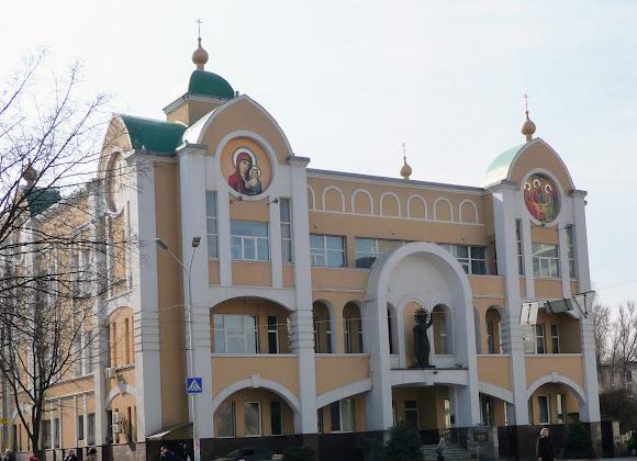 Днепр. Епархиальный центр и скульптура святой Екатерины