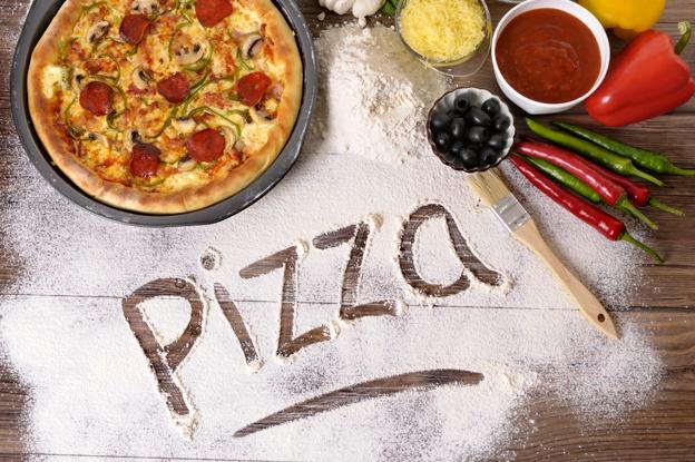 قومي بتحضير بيتزا المطاعم في بيتك