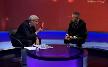 Άφωνος μένει ο διευθυντής της Coca Cola όταν δημοσιογράφος του δείχνει πόση ζάχαρη περιέχει ένα κουτάκι! [video]