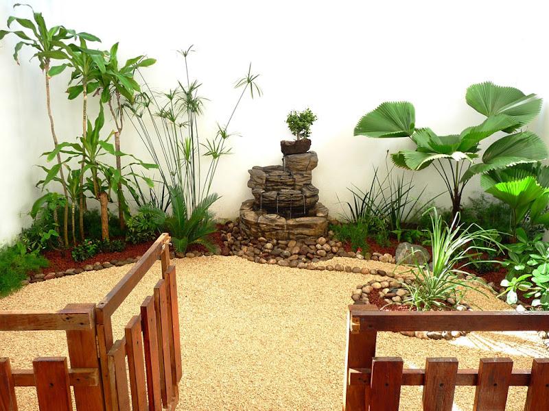 Dise o de un jard n muy peque o con fuente piedras y - Cercas para jardines ...