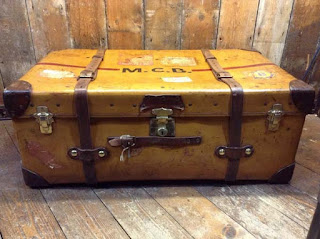 maleta vintage sobre madera
