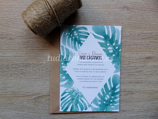Invitación con texto en rombo y hojas pintadas en acuarela de estilo tropical