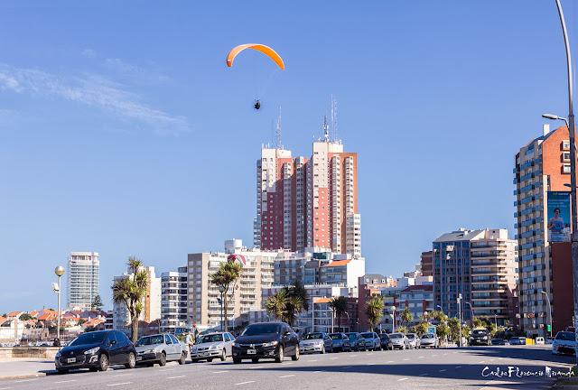 Un parapente sobre la ciudad de Mar del Plata.