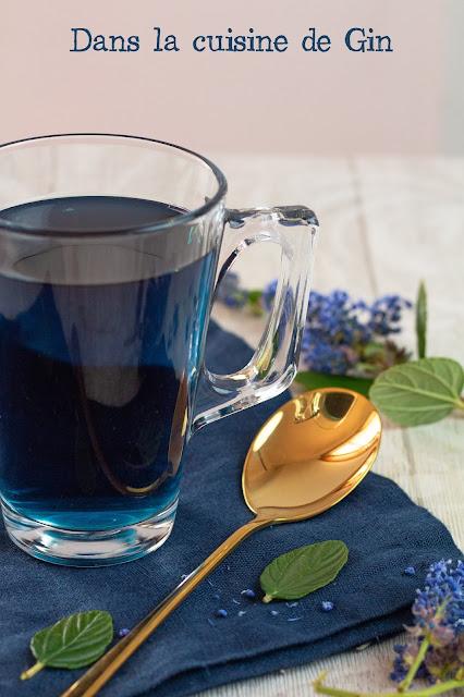 Infusion de blue butterfly peas et cuillère coréenne dorée