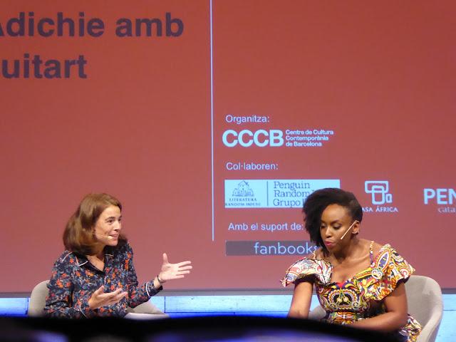 Chimamanda Ngozi Adichie conversando en el CCCB sobre feminismo y racismo con toques de ironía y humor.