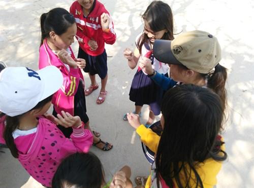 Thú vị hình ảnh nữ PV Báo ANTĐ chơi trò mèo đuổi chuột cùng học sinh đảo Lý Sơn - Hình 5
