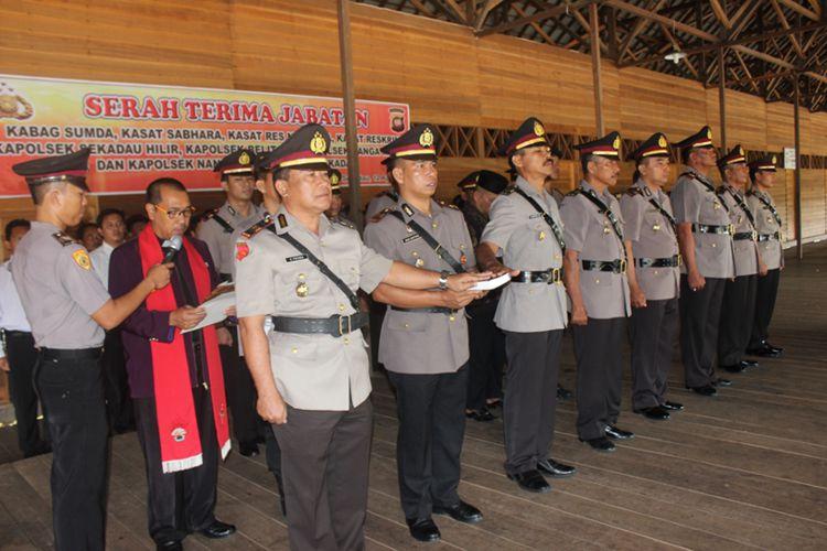Rohaniawan Sumpah 3 Kasat dan 4 Kapolsek di Sekadau. (12/4/2017).