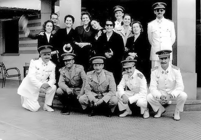 De pie, a la derecha, el comandante Castilla (Foto de Internet)