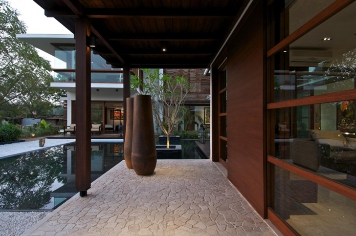 Contemporary terrace in Courtyard Home by Hiren Patel Architects