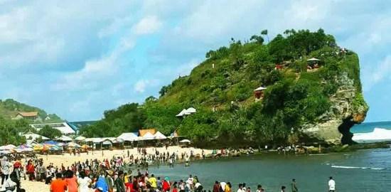 Suasana Pantai Indrayanti saat liburan