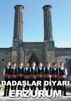 Erzurum Çifte Minareli Medrese önünde halay çeken çocuklar ya da dadaşlar
