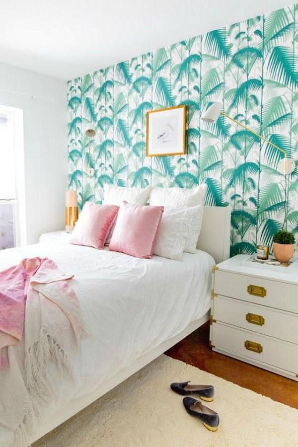 Dormitorio con papel pintado con motivos tropicales en verde