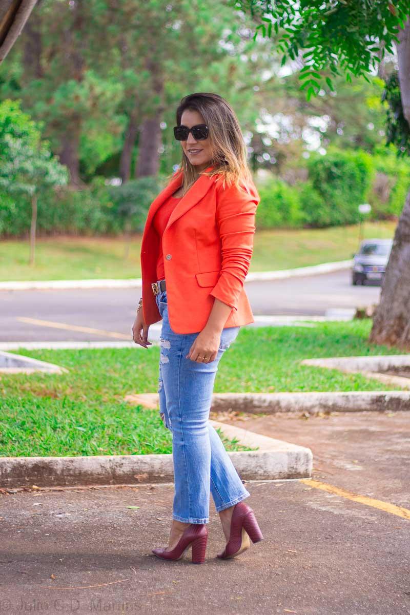 Usando o blazer laranja com calça jeans
