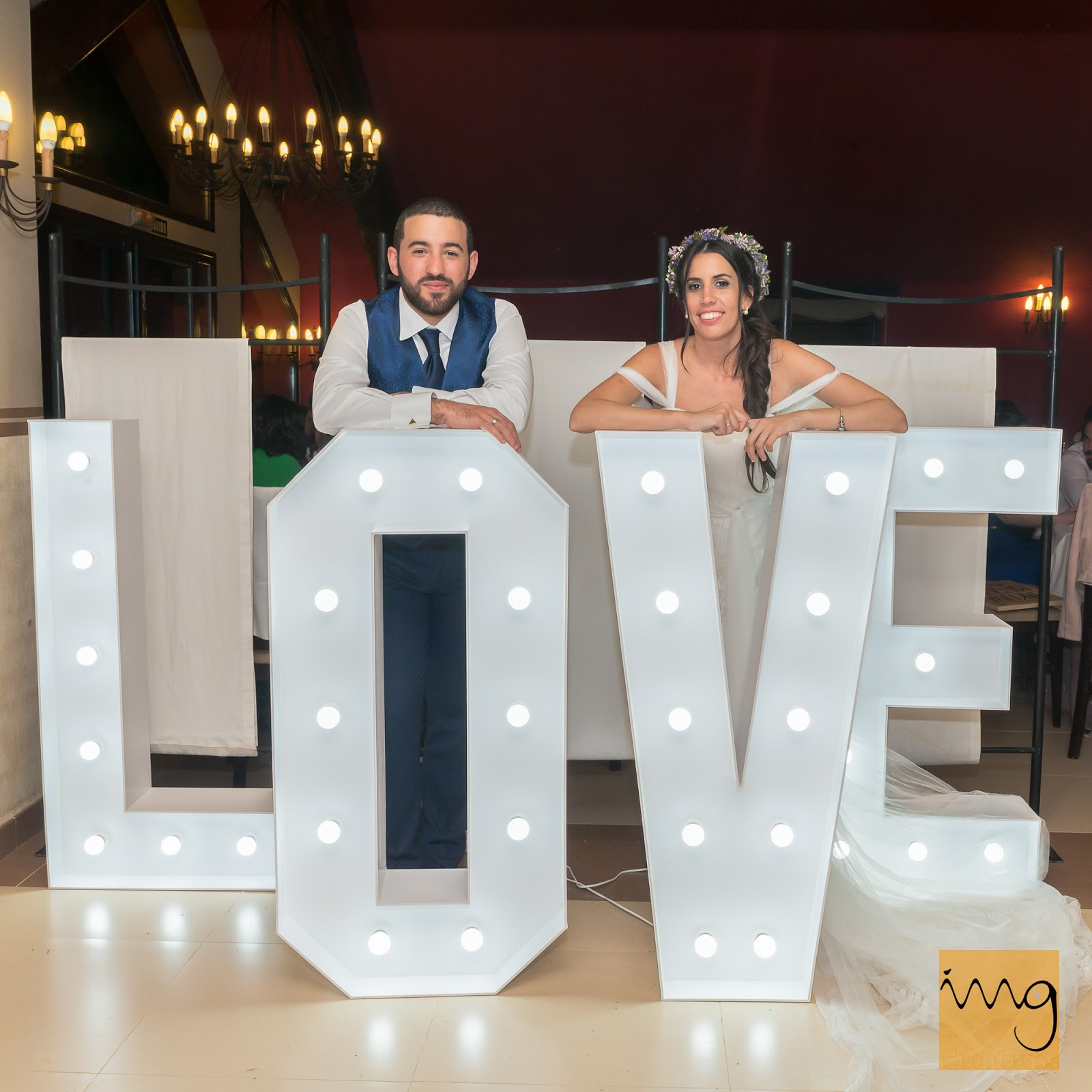 Fotografía de boda con letras LOVE iluminadas