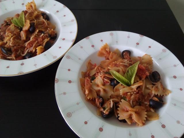 Makaron plus tuńczyk i oliwki