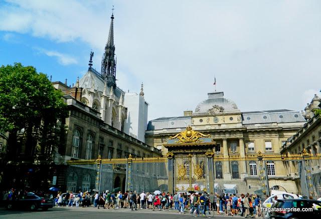 Paris: fila de acesso à Sainte Chapelle e o Palácio da Justiça