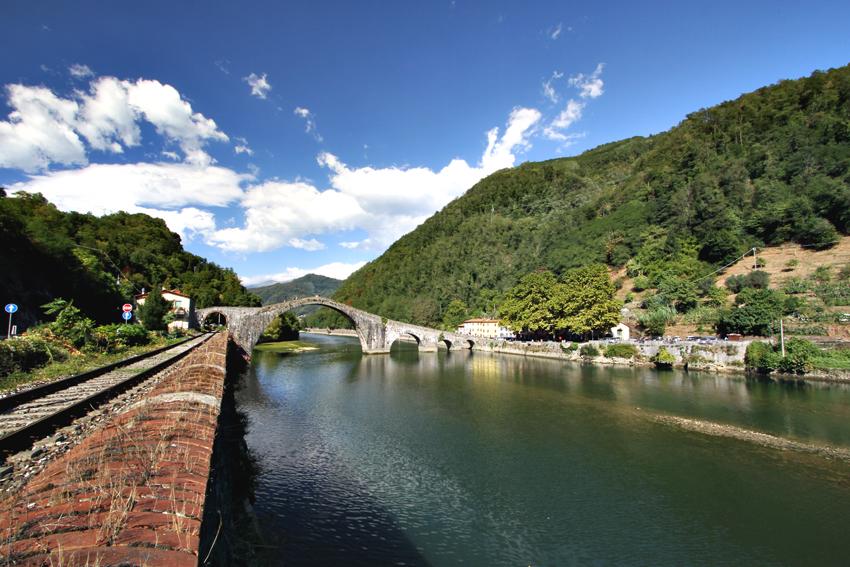 Widok na most diabelski w Toskanii