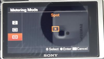 Untuk memotret bulan gunakan setting spot metering pada kamera