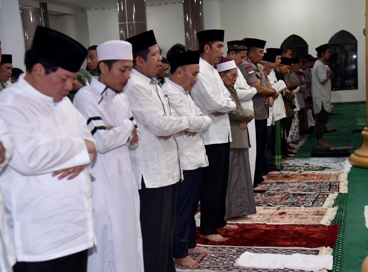 Presiden Jokowi Salat Tarawih di Palangkaraya