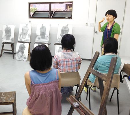 横浜美術学院の中学生教室 美術クラブ 夏休み美術教室  講評会の様子