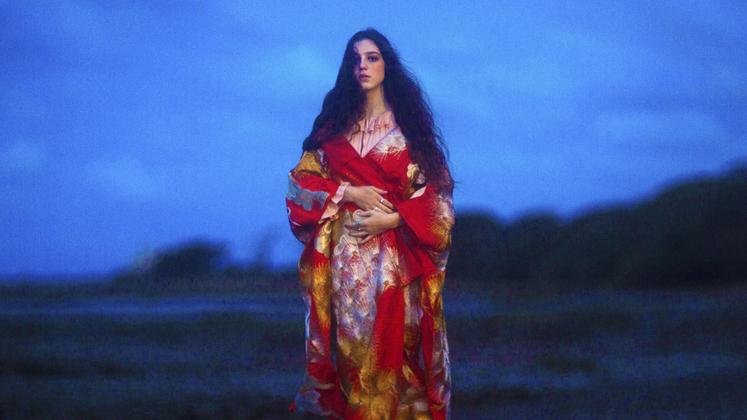 """""""Beautiful Lies"""" é um disco grandioso e a coloca no patamar de cantoras maiores e mais velhas que ela, como Adele e Florence + The Machine."""