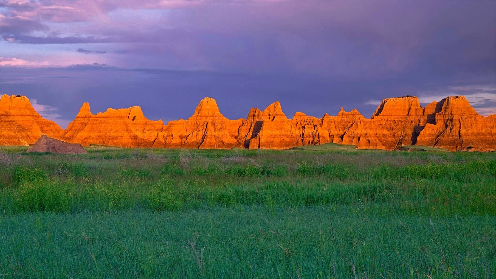 Prairie and pinnacles near Castle Trail in Badlands National Park, South Dakota © Danita Delimont/Getty Images