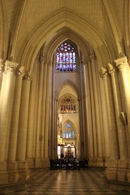 Columnas en la nave de la catedral de Toledo