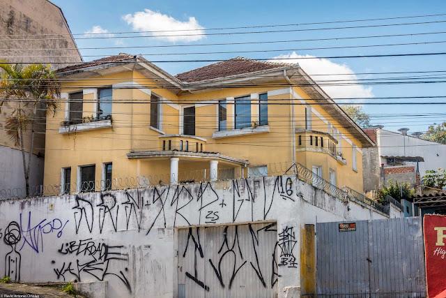 Uma bela casa, meio escondida