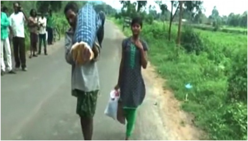 Pria di India menggendong jenazah istrinya