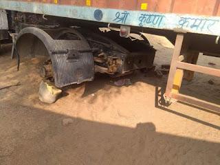 क्षेत्र में चोरो के हौसले बुलंद, सड़क किनारे खड़े दो ट्रालों से चुराए आठ टायर