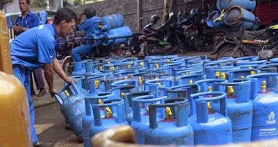 """Ambon, Malukupost.com - Stok elpiji di Kota Ambon maupun di Namlea, Kabupaten Buru cukup untuk memenuhi permintaan masyarakat pengguna elpiji bagi keperluan rumah tangga maupun restoran dan lainnya hingga Desember 2016. """"Persediaan sekarang cukup banyak baik tabung ukuran 12 kg maupun 50 kg juga tersedia,"""" kata Direktur PT Pemantik Sumber Pratama, Andre Talahatu di Ambon, Jumat (11/11). Tiap minggu masuk dari Surabaya sebanyak 2.000 tabung ukuran 12 kg, lanjutnya, karena itu masyarakat yang selama ini menggunakan elpiji tidak perlu takut sebab stok cukup banyak."""