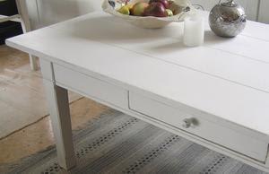 vitt soffbord plankbord med låda