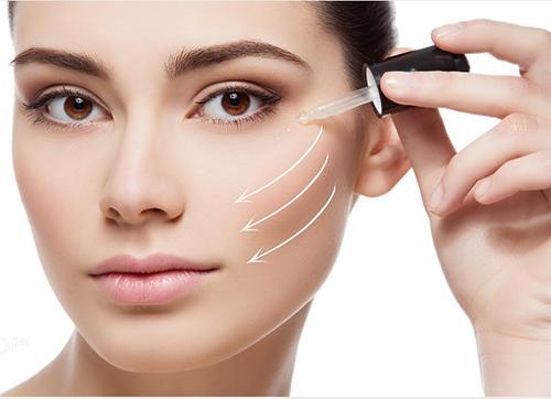 Apply một lớp serum dưỡng ẩm lên da vào buổi tối trước khi đi du lịch