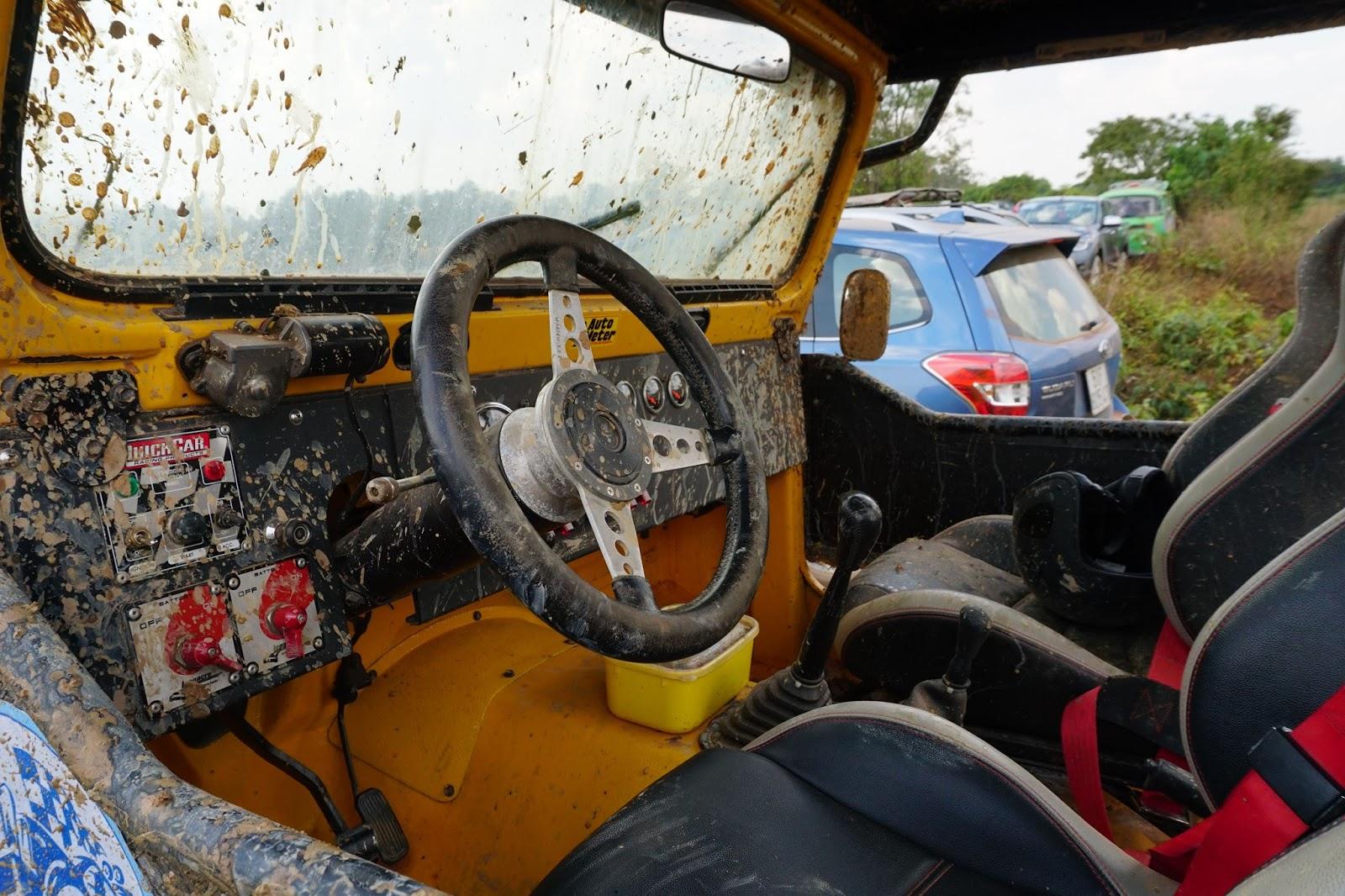 Nội thất của xe còn rất mới, các nút bấm, thông số đơn giản