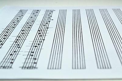 Escritura musical. Pentagrama con notas musicales escritas.