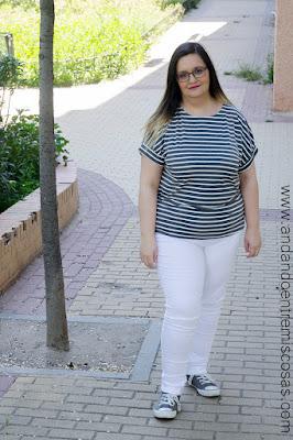 Camiseta gris de rayas blancas