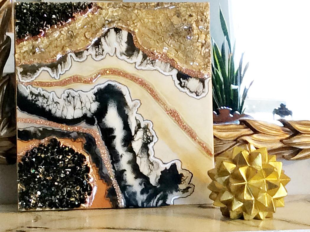 Υφές & γήινοι τόνοι σε ένα πίνακα φτιαγμένο με υγρό γυαλί