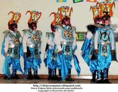 Foto de trajes para hombres de la Diablada de Puno color turqueza. Foto de Jesus Gómez