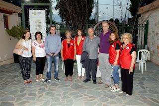 Ο Μίμης Πλέσσας μαζί με δημοτικούς σύμβουλους Περιστερίου και τον Ερυθρό Σταυρό
