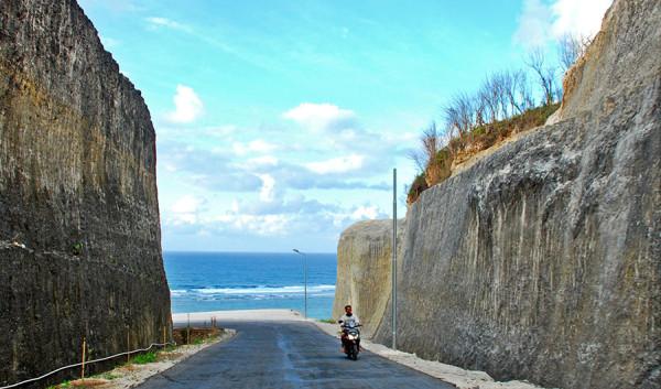 Sisi-sisi tebing masuk Pantai Pandawa Bali