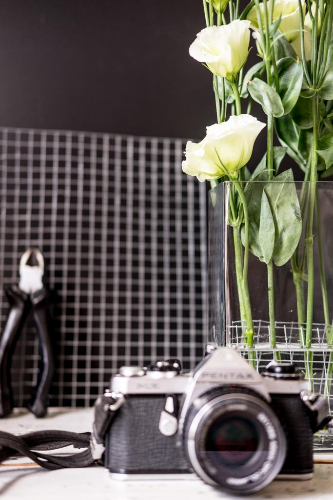 Deko-Idee mit Hasendraht, Glashafen, Prärieenzian und Gerbera | Floristik by fim.works