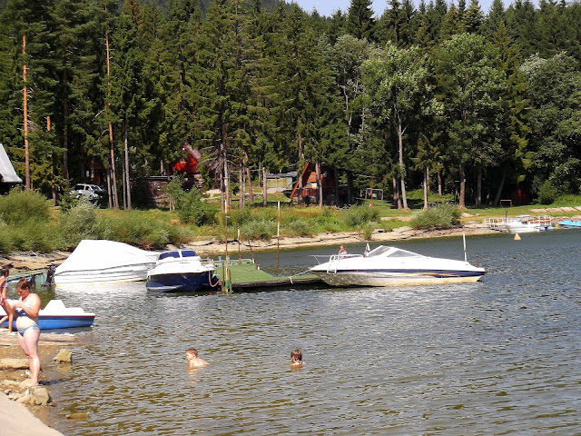 Opalanie nad Jeziorem Orawskim na Słowacji w towarzystwie łodzi