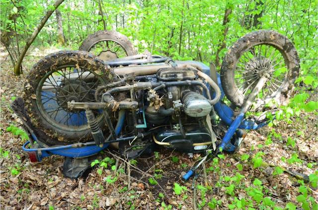 v-duvanskom-rajone-v-lesu-najden-myortvyj-motociklist