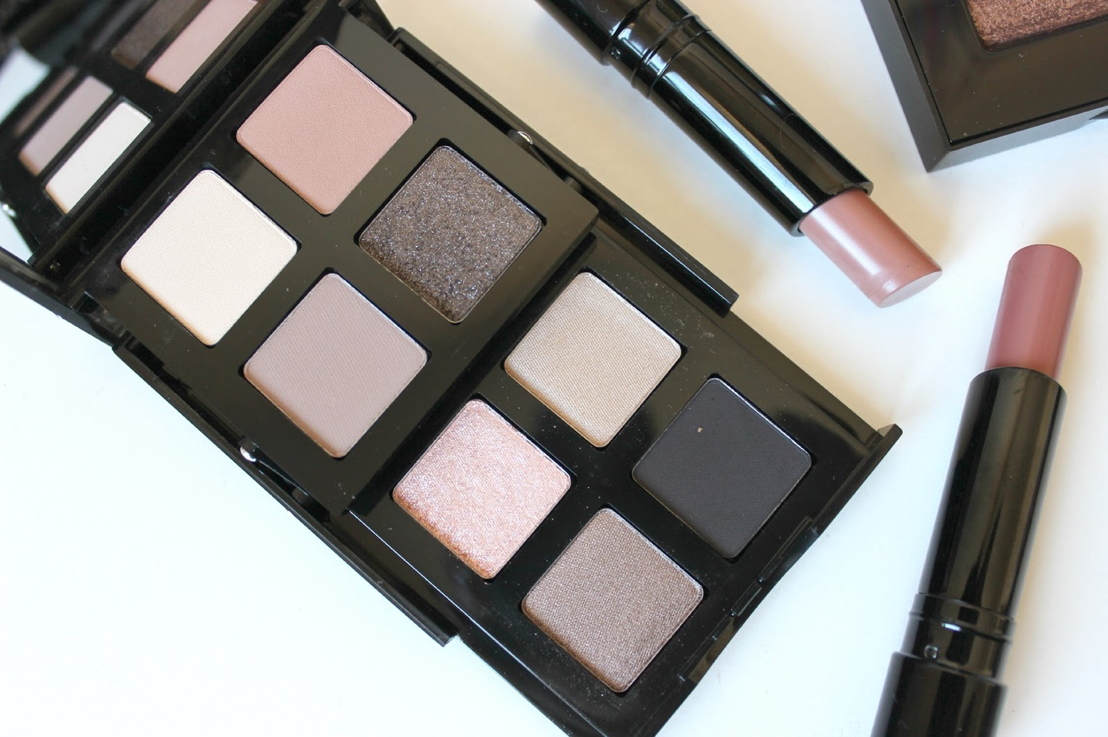 A picture of the Bobbi Brown Smokey Nudes Eye Palette