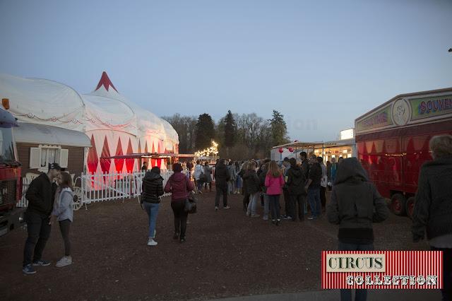 la foule à l'entrée du cirque