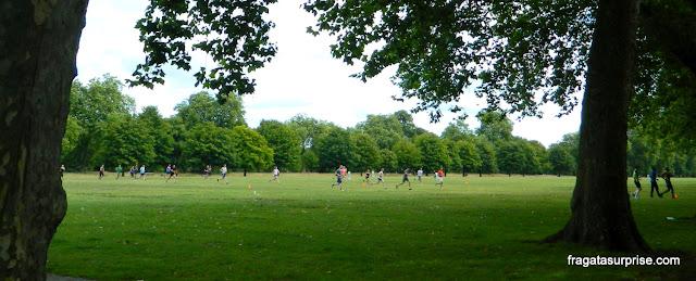Jogo de futebol nos Kensington Gardens, Londres