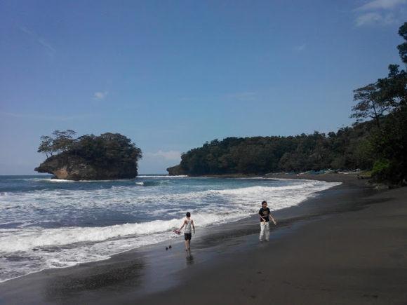 Bermain Air di Pantai Madasari