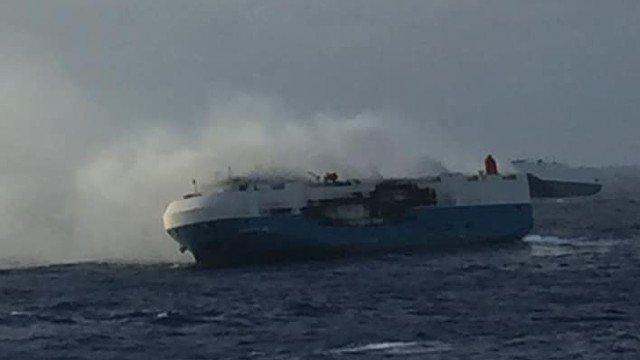 Χιλιάδες αυτοκίνητα στα αμπάρια ακυβέρνητου πλοίου που καίγεται